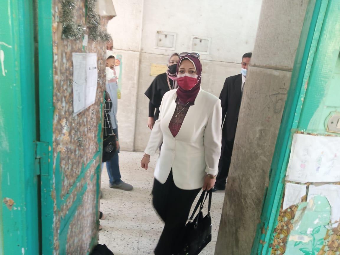 رئيس قطاع التعليم العام تتفقد سير امتحانات الشهادة الإعدادية في القاهرة