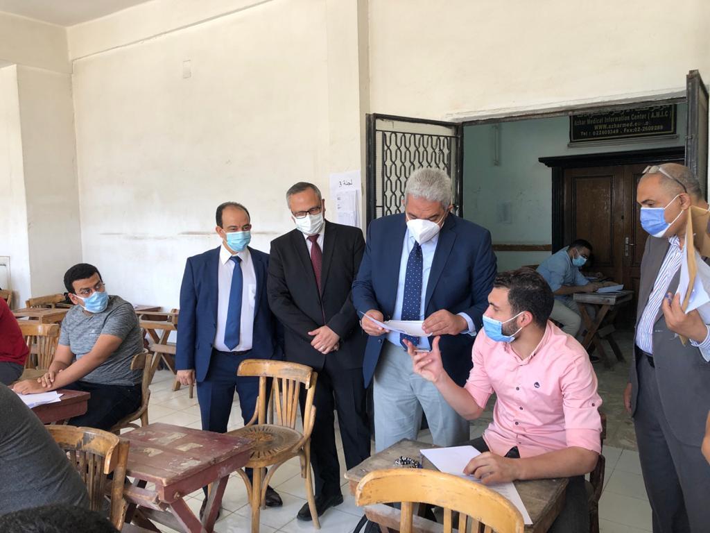 نائب رئيس جامعة الأزهر يتفقد امتحانات الدراسات العليا لقطاع كليات الطب