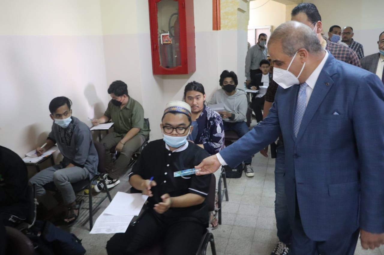 رئيس جامعة الأزهر يتفقد لجان امتحانات كليات الدراسة ويوزع هدايا على الطلاب