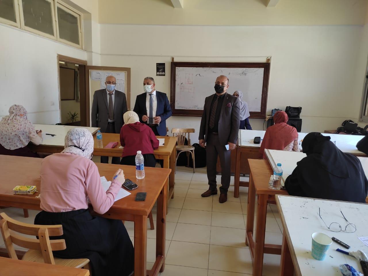نائب رئيس جامعة الأزهر يتفقد امتحانات كليات