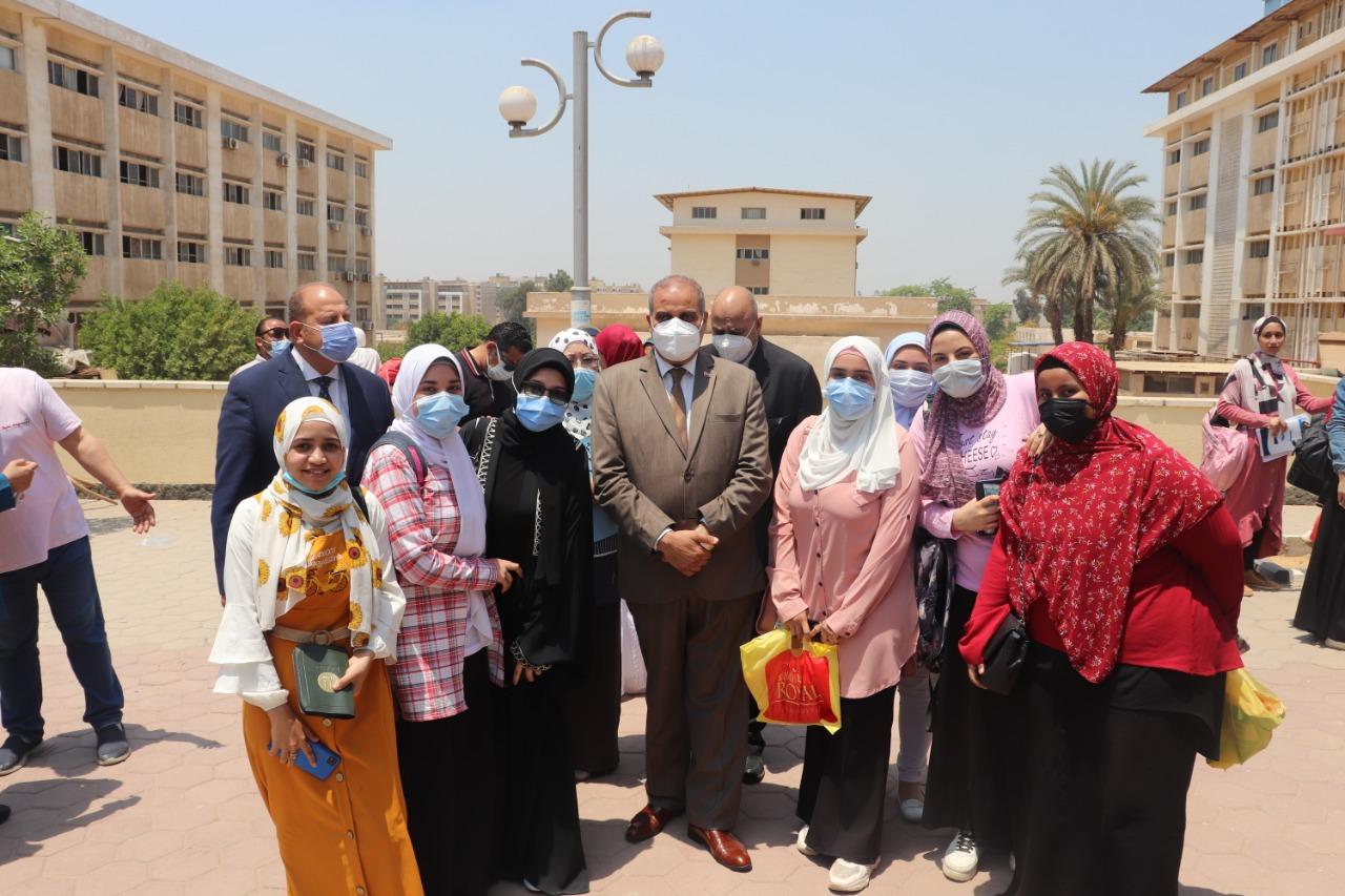 رئيس جامعة الأزهر يقوم بتوزيع هدايا على الطلاب عقب خروجهم من الامتحان