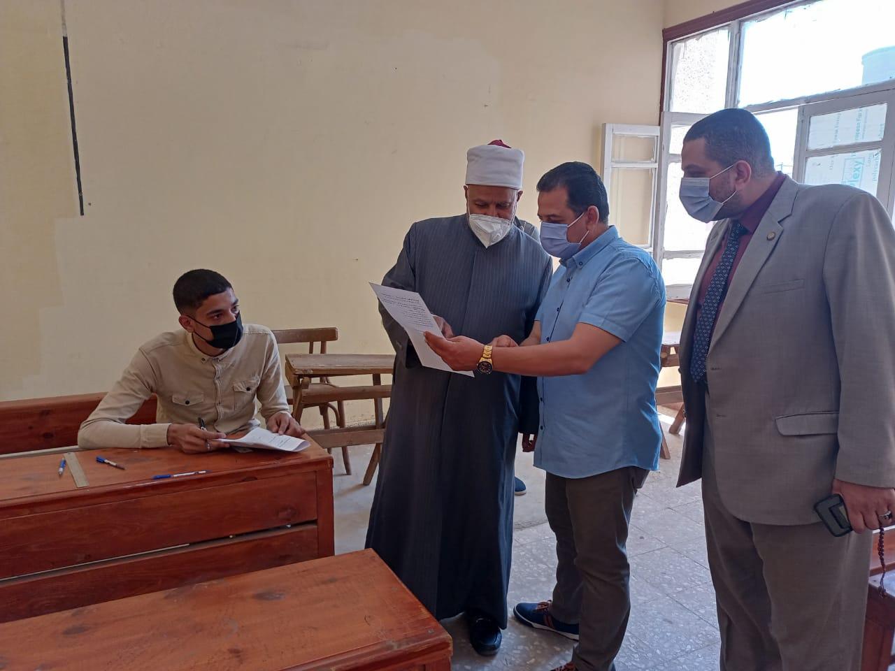 نائب رئيس جامعة الأزهر يتفقد لجان امتحانات كليات تفهنا الأشراف في زيارة مفاجئة