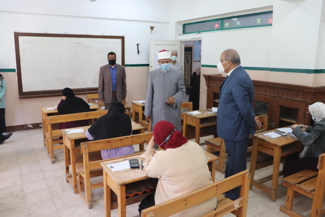 رئيس جامعة الأزهر يتفقد امتحانات الشهادة الثانوية الأزهرية في يومها الثاني