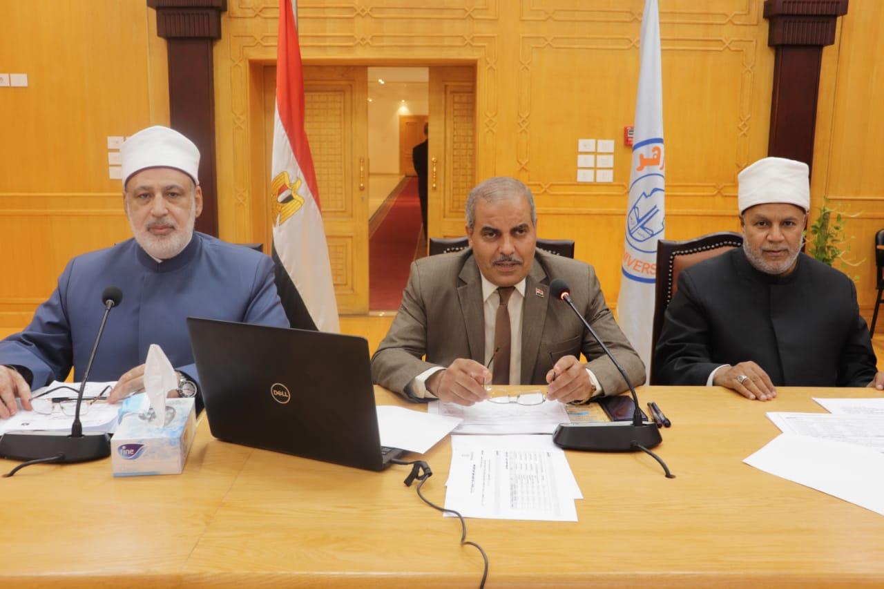 الإمام الأكبر يهنئ المحرصاوي بتجديد الثقة رئيسًا لجامعة الأزهر