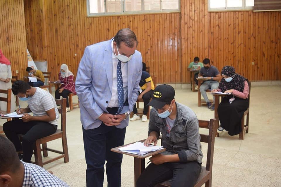 رئيس جامعة سوهاج يتفقد الاختبارات العملي لطلاب الفني للتمريض