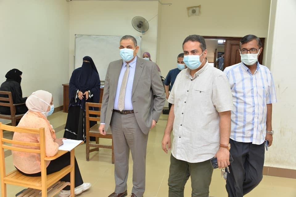 رئيس جامعة كفر الشيخ يتفقد الامتحانات ويشيد بتطبيق الإجراءات الاحترازية