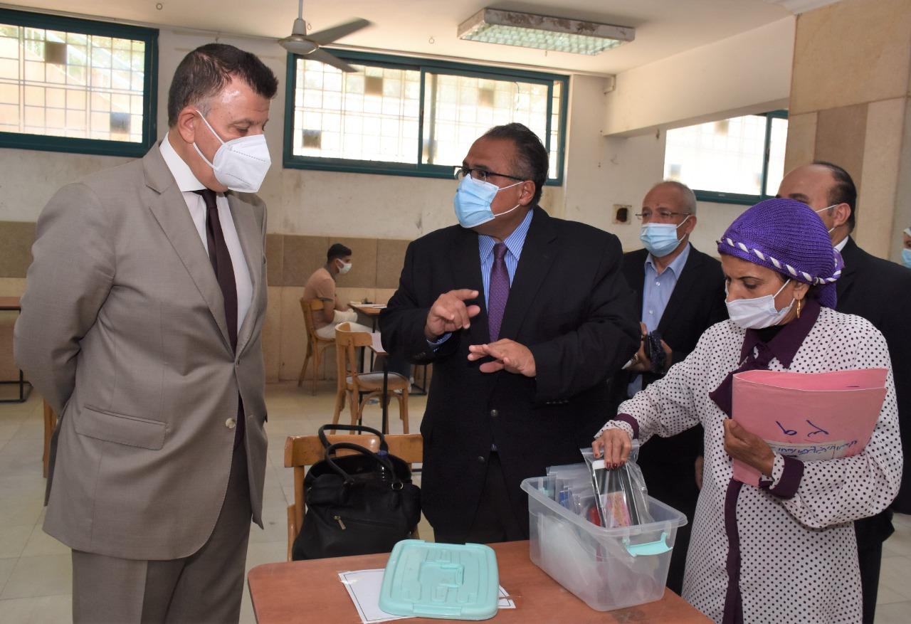 رئيس جامعة عين شمس يشهد انطلاق امتحانات كلية الحقوق