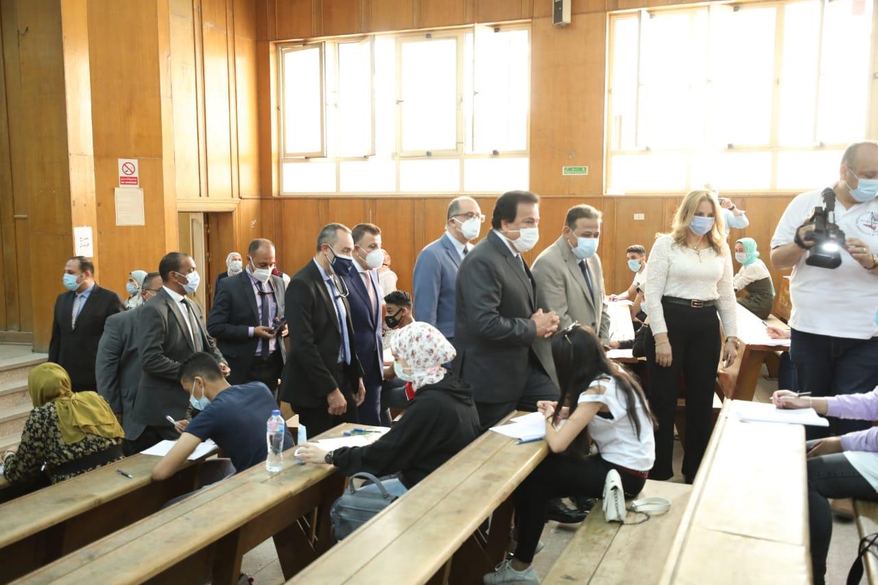 وزير التعليم العالي يتفقد لجان الامتحانات بجامعة عين شمس
