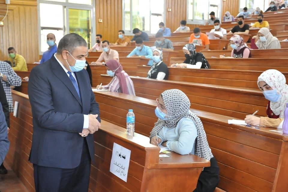 رئيس جامعة كفر الشيخ يتفقد الامتحانات في كليتي العلاج الطبيعي والتمريض