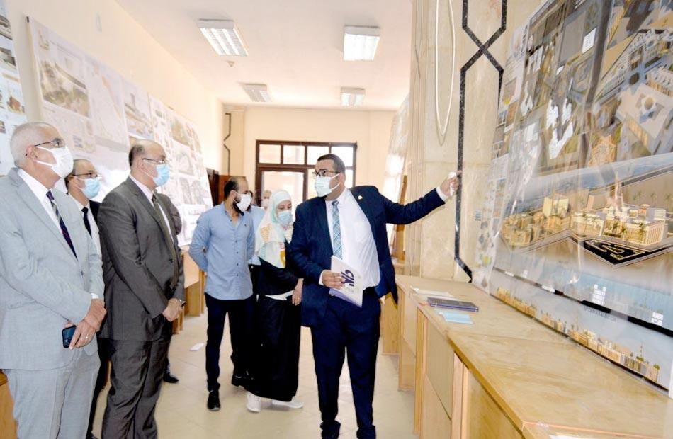 رئيس جامعة المنصورة يتفقد معرض مشروعات تخرج الدفعة الثالثة بكلية الفنون الجميلة