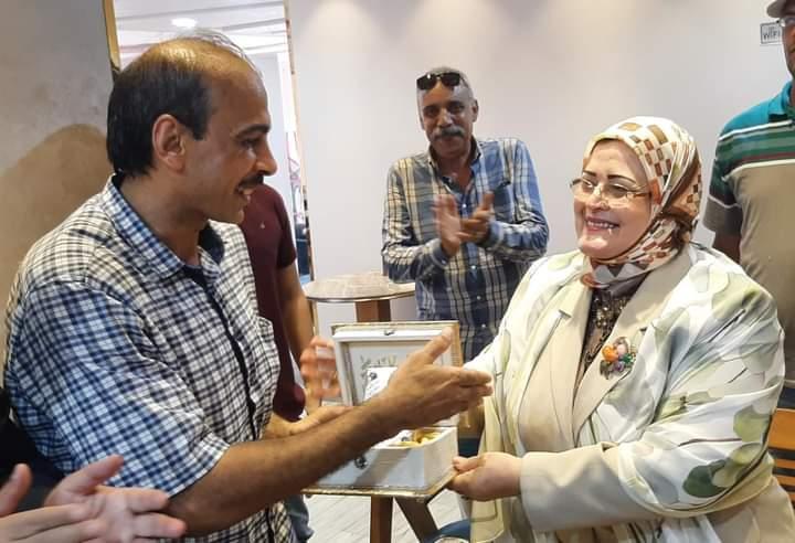 تكريم معلم تاريخ بكفر الشيخ بعد تعرضه للتنمر