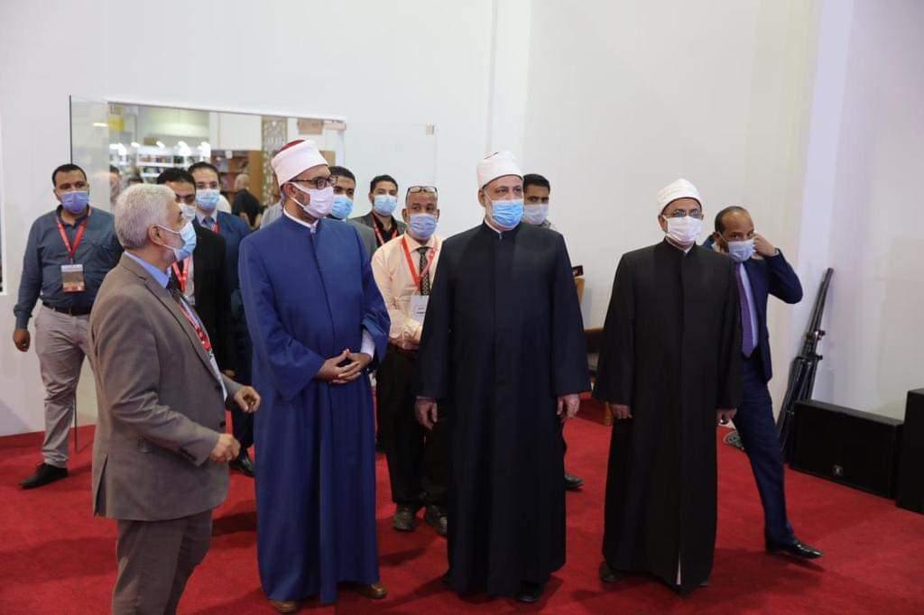 وكيل الأزهر وأمين البحوث الإسلامية ورئيس قطاع المعاهد يتفقدون جناح الأزهر بمعرض الكتاب