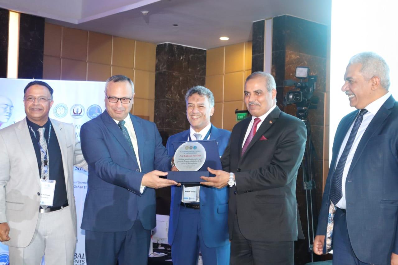 المؤتمر الدولي السابع لقسم الأنف والأذن والحنجرة يكرم رئيس جامعة الأزهر