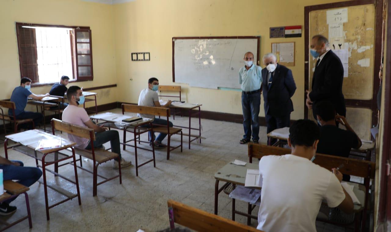 """وزير التعليم يعلق على شائعة جمع """"اخطبوط"""" بامتحان العربي"""