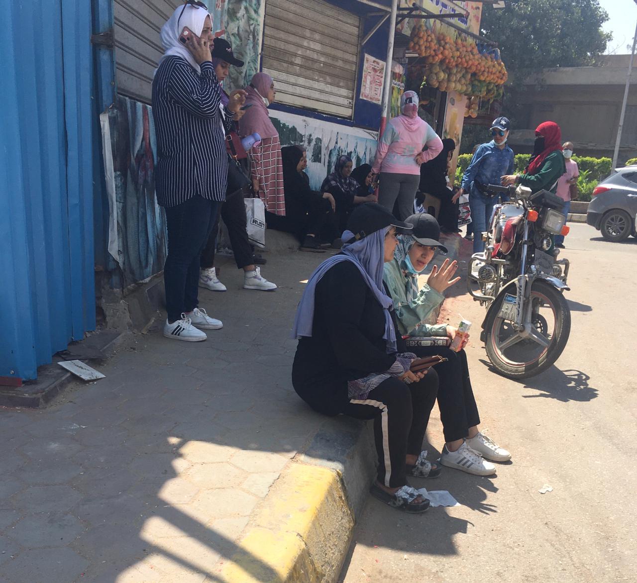 طلاب يخرجون قبل انتهاء مدة الامتحان.. وشكاوى من صعوبة الفرنساوي