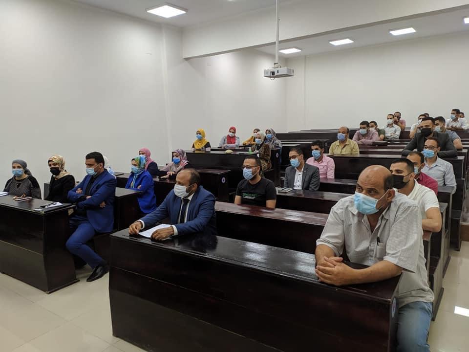رئيس جامعة بني سويف التكنولوجية يعقد اجتماعًا مع الكوادر الإدارية والتدريسية