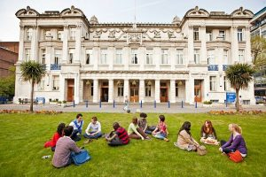 منح الجامعات 2021.. جامعة كوين ماري تقدم منحة لطلاب الدكتوراه في الهندسة الإلكترونية