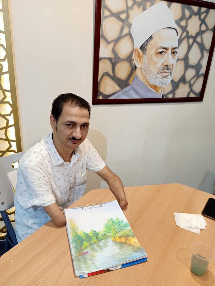 ابن الأزهر.. فنان تشكيلي يرسم بالفم والقدم ودكتور جامعي رغم الإعاقة
