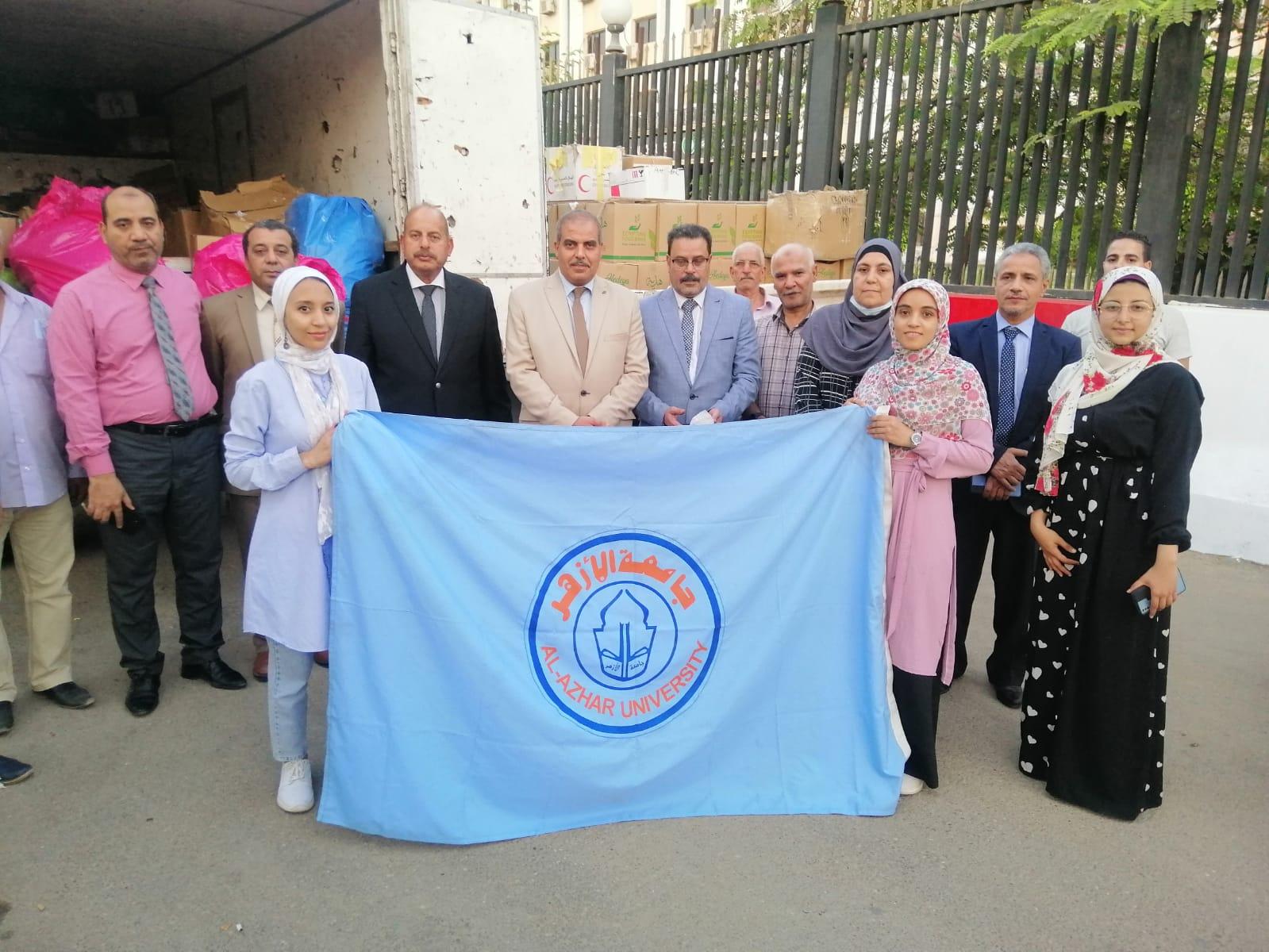 رئيس جامعة الأزهر يتابع تجهيز القافلة الطبية إلى محافظة الفيوم