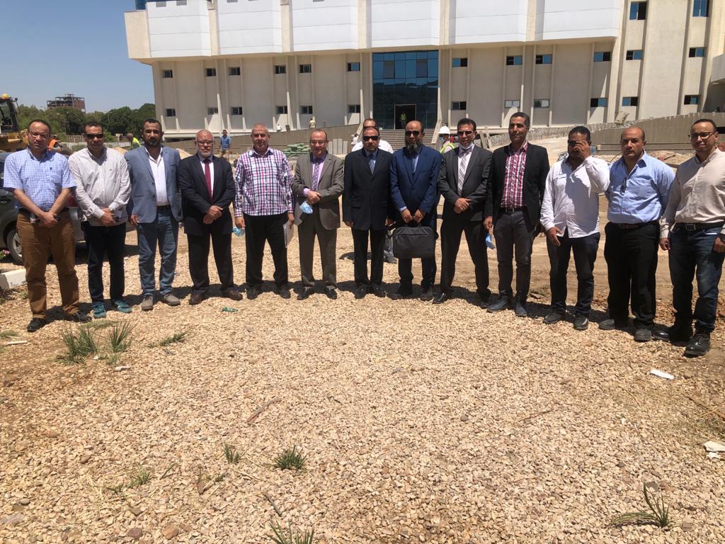 نائب رئيس جامعة الأزهر يجتمع بممثلي شركة الإنتاج الحربي لمتابعة أعمال الإنشاءات بمبنى ٥ و٦ بالمستشفى الجامعي بأسيوط