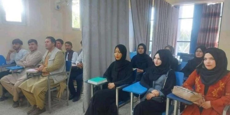طالبان تمنع النساء الأفغانيات من التدريس أو الالتحاق بجامعة كابول