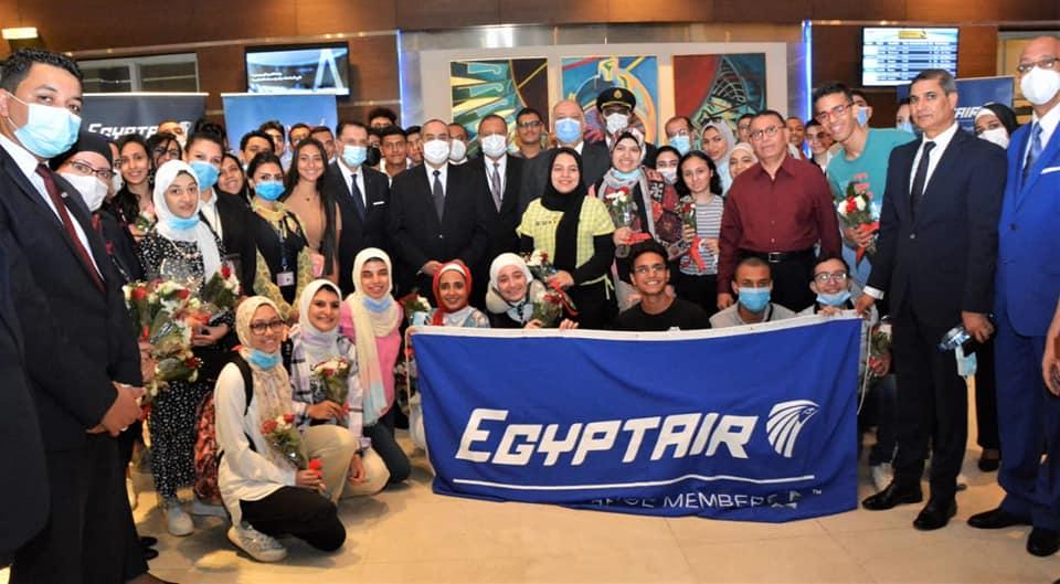 وزير الطيران خلال توديعه لأوائل الثانوية العامة إلى دبي: مشاركتنا في رعاية الرحلة أقل تقدير لجهودكم