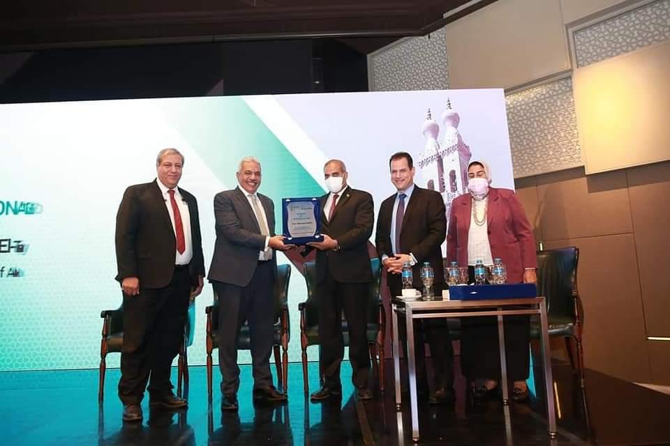 المؤتمر المجمع الثالث لأقسام الجلدية بكليات الطب يكرم رئيس جامعة الأزهر