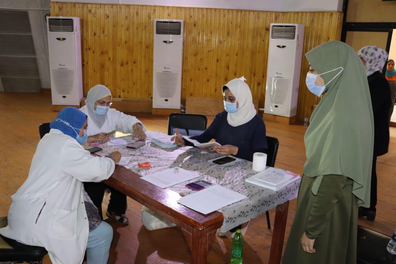 جامعة الأزهر تعلن تطعيم 1121 طالبا وطالبة بلقاح كورونا في يومها الثالث لبدء التطعيم