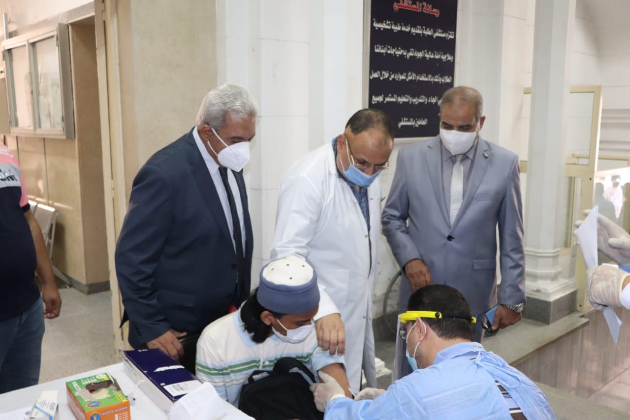 رئيس جامعة الأزهر يتفقد نقاط التطعيم بلقاح كورونا بقطاع كليات الدَّرَّاسة