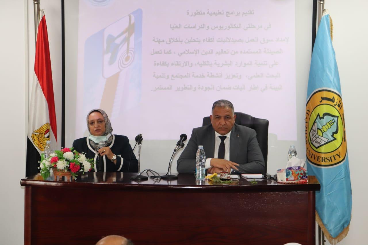 نائب رئيس جامعة الأزهر يعقد اجتماعًا مع عمداء فرع البنات ويحث الطالبات على التسجيل للحصول على لقاح كورونا