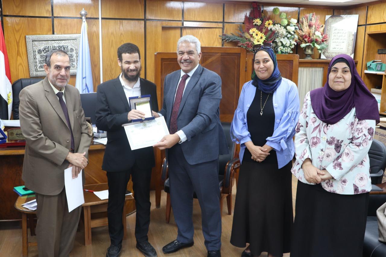 نائب رئيس جامعة الأزهر يكرم المبصرين بقلوبهم ويمنحهم درع الجامعة وشهادة تقدير