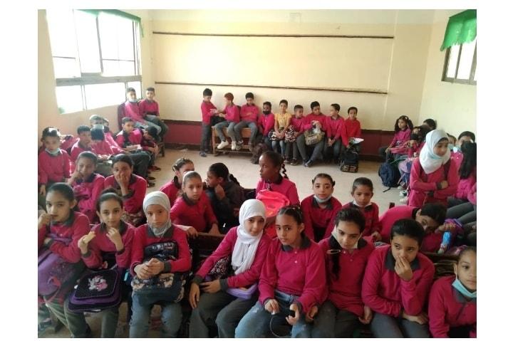 بعد نشر صورهم جالسين على الأرض.. قرار عاجل من تعليم الجيزة تجاه مدرسة كفر نصار